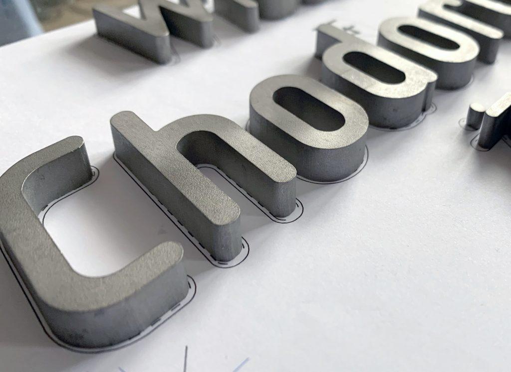 litery ze stali
